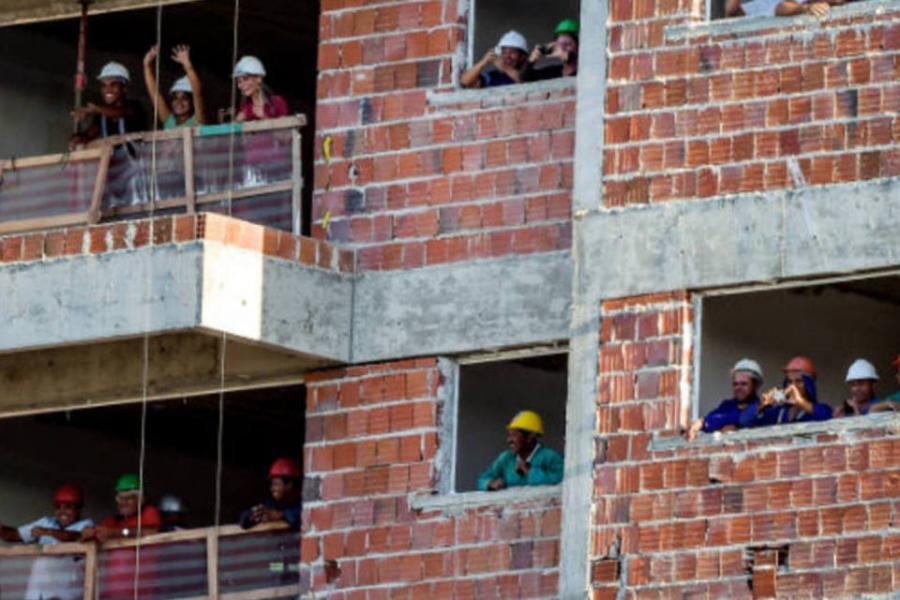 Emprego na construção civil cresce pelo segundo mês seguido