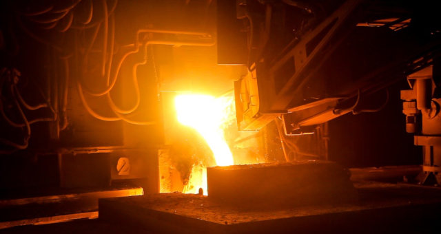 Aço tem máxima de 10 anos na China com possível corte de oferta e minério de ferro sobe.